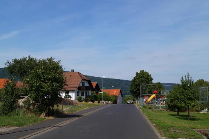 Blick in den Schusterweg; der Bauplatz liegt links